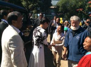 Saluant la Première Dame de Madagascar, en visite à la Cité Akamasoa d'Andralanitra
