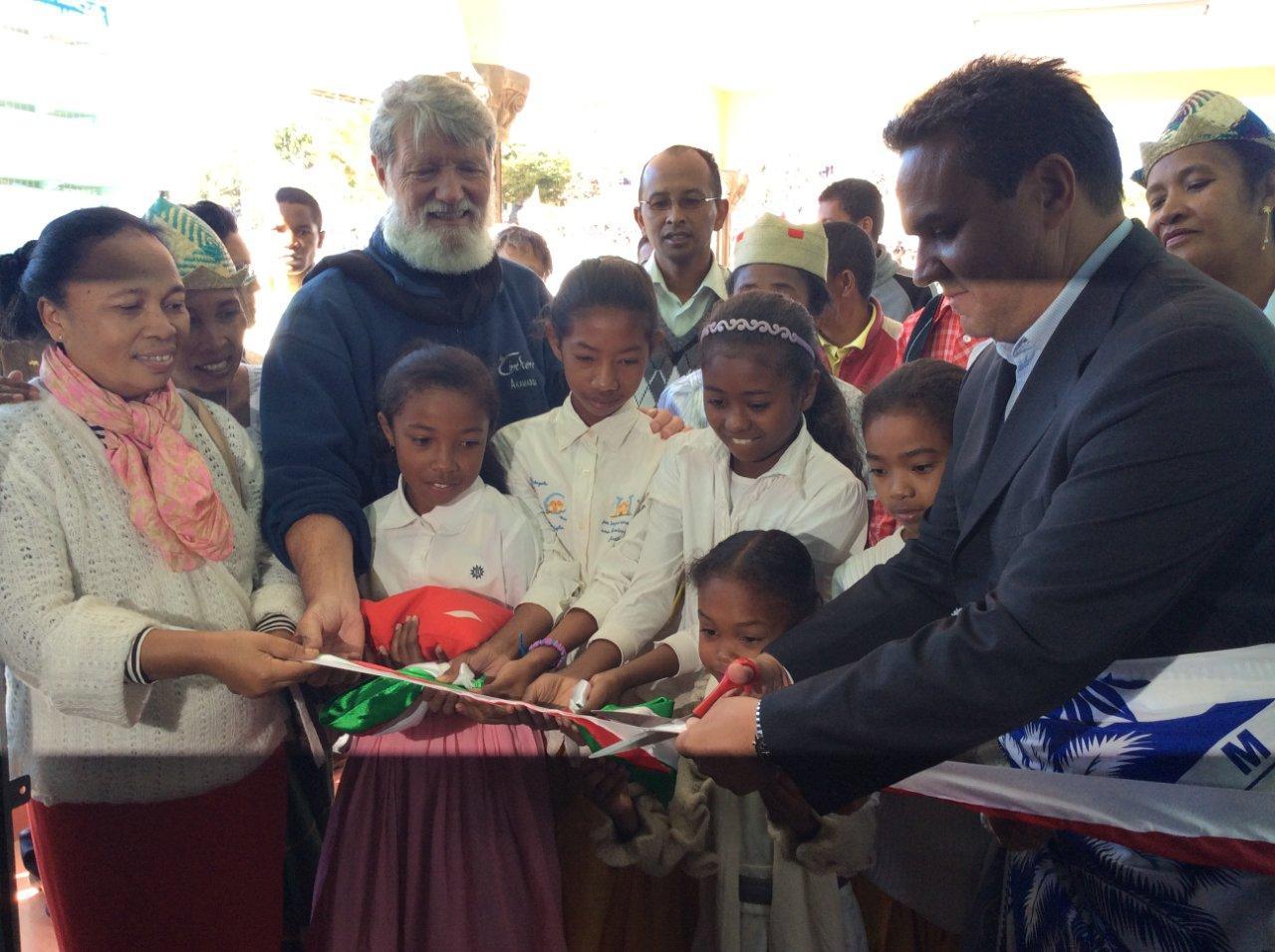 28 Mai 2015  Le Président de la Région Réunion Didier ROBERT inaugure l'Espace Culturel et de la nouvelle Ecole d'AKAMASOA